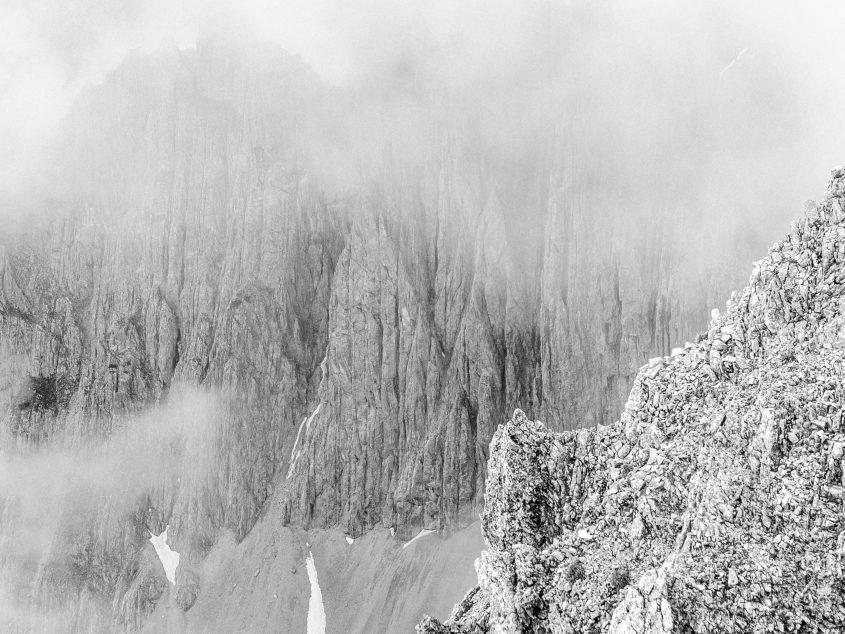 Für einen kurzen Augenblick bildet siche in Fenster und gibt den Blick auf das schroffe Kalkgestein der Nordkette frei. Innsbruck, 2016.