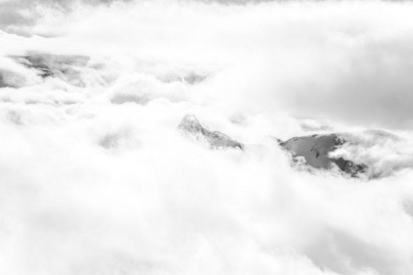 Am frühen Morgen der Besteigung des Volkanes Lonquimai, bildeten sich vereinzelte Wokenlücken und ließen einige Bilke uaf die umliegenden Gipfel zu. Chile, 2019.