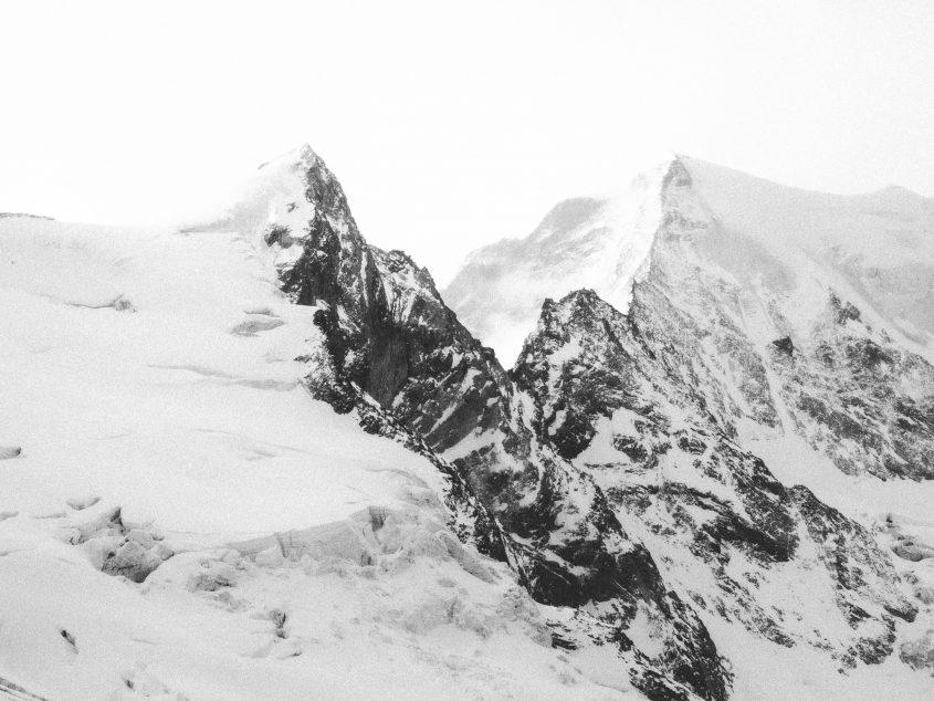Der Bergkamm in der Nähe des Matterhorns hält die Wolken vom weiter ziehen ab. Skitouren im Wallis, 2016.