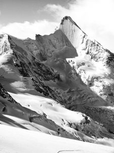 Die Nordwand des Obergabelhorns zeigte sich in schönem Licht-Schattenspiel, beim. Skitouren im Wallis, 2016.