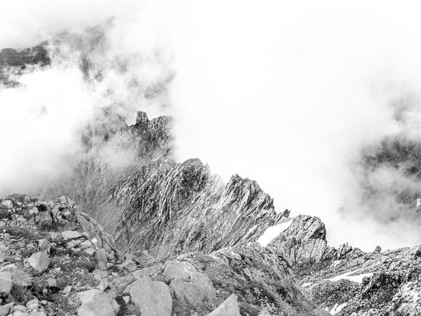 An diesem sonst sonnigen Tag, haben sich einzele Wolken zum spielen am Nordkettengrat verabredet. Klettersteig über Innsbruck, 2016.