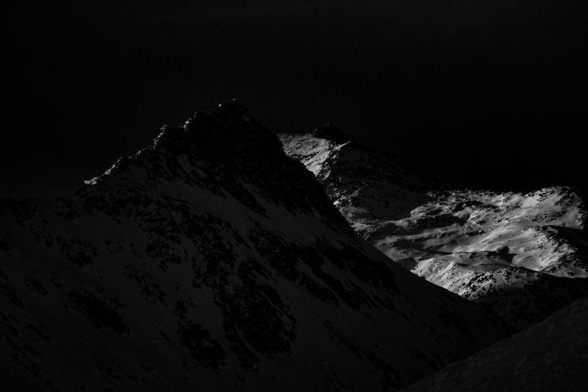 Die letzten sonnenstrahlen des Tages, zeichnen zum Abschnied eine dünne Linie auf den Bergrücken. Zeit sich zu verabschieden und die Hütte auf zu suchen. Skitouren am Oberalppass, 2019.